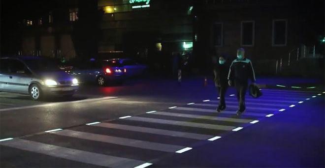 На одной из улиц нанесена светящаяся разметка