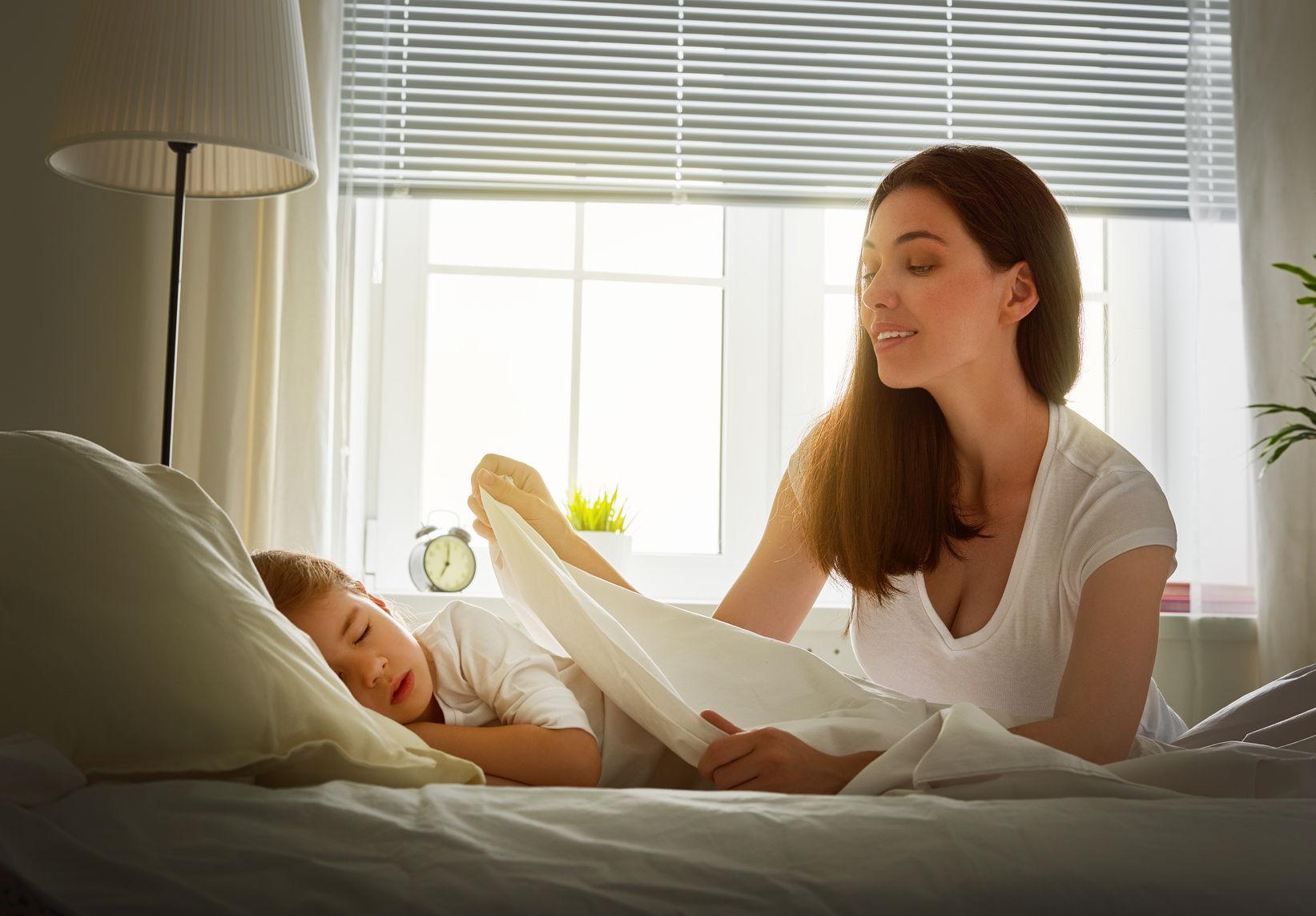 Исследование показало, что матери, чьи дети ложатся спать до 20:30, более счастливы