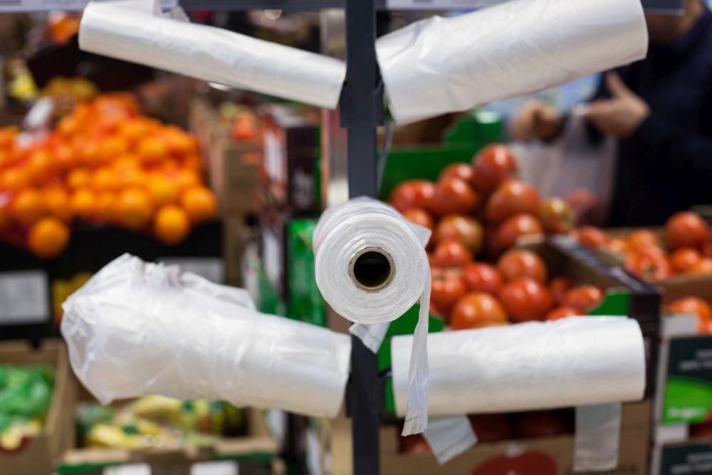 Будет ограничена продажа полиэтиленовых пакетов и пластиковой посуды