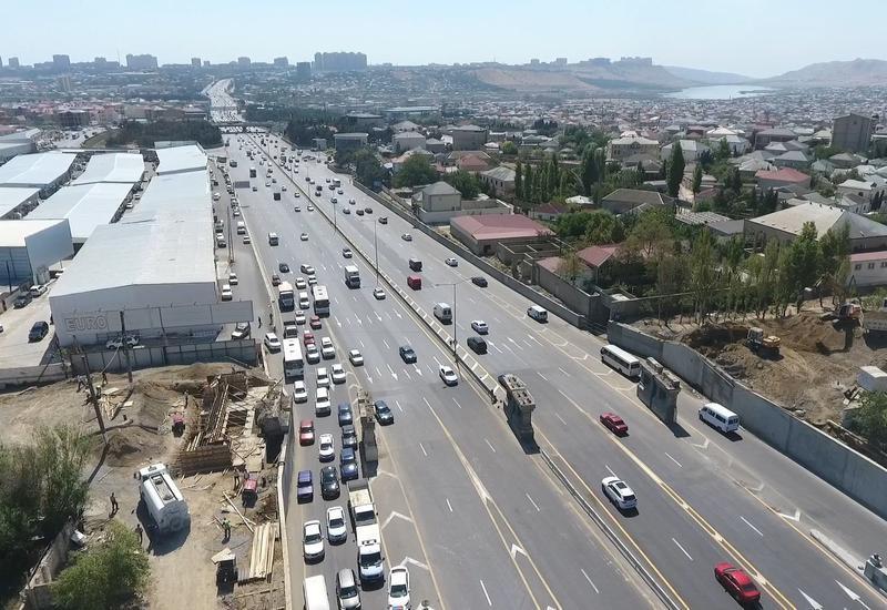 Через дорогу Баку-Сумгайыт строится мост