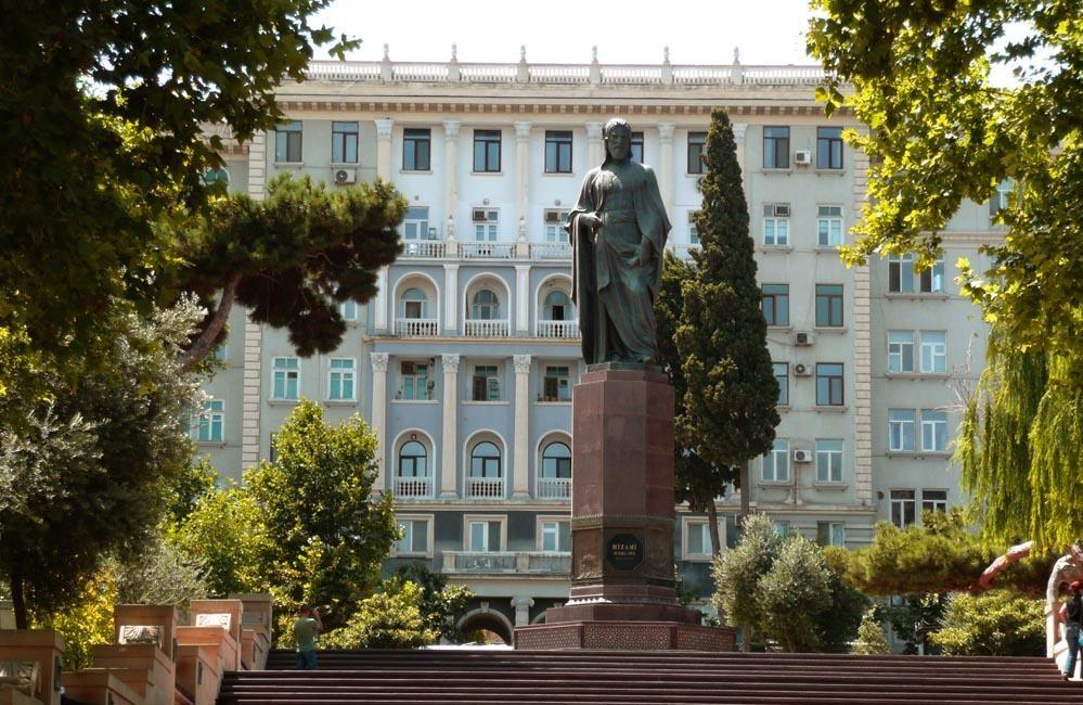 В Баку поставят памятники выдающимся людям