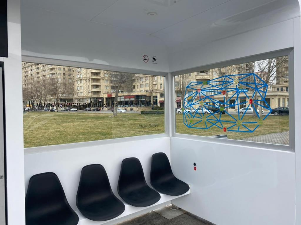 В Баку установлен первый био-смарт остановочный павильон