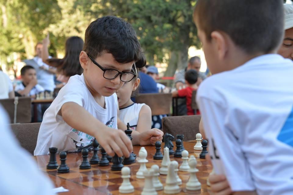 Урок по шахматам в парке Центра Г. Алиева