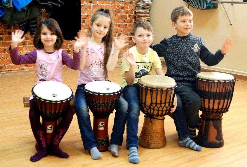 Танцы и игра на барабанах в
