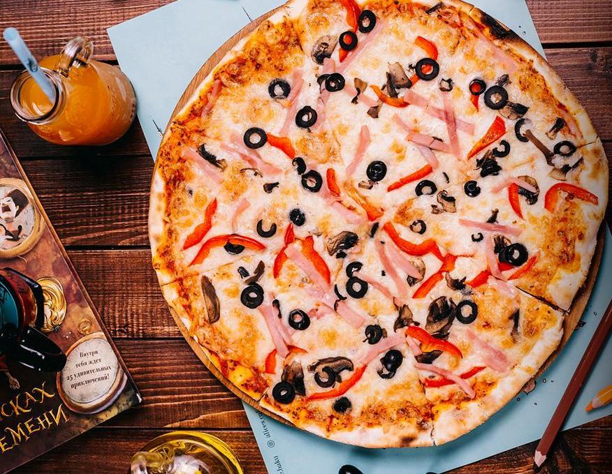 Приготовление пиццы в кафе