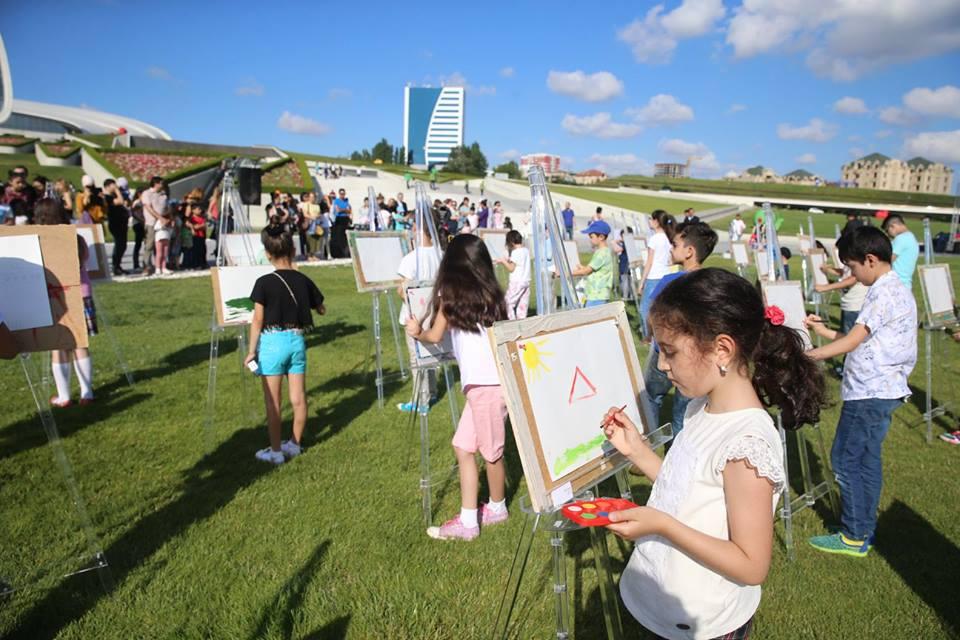 Бесплатный урок рисования в парке Центра Г. Алиева