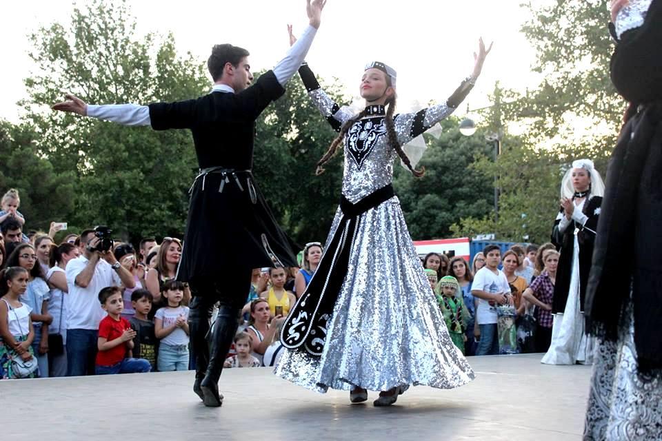 На Бакинском бульваре проходит летний фестиваль танца