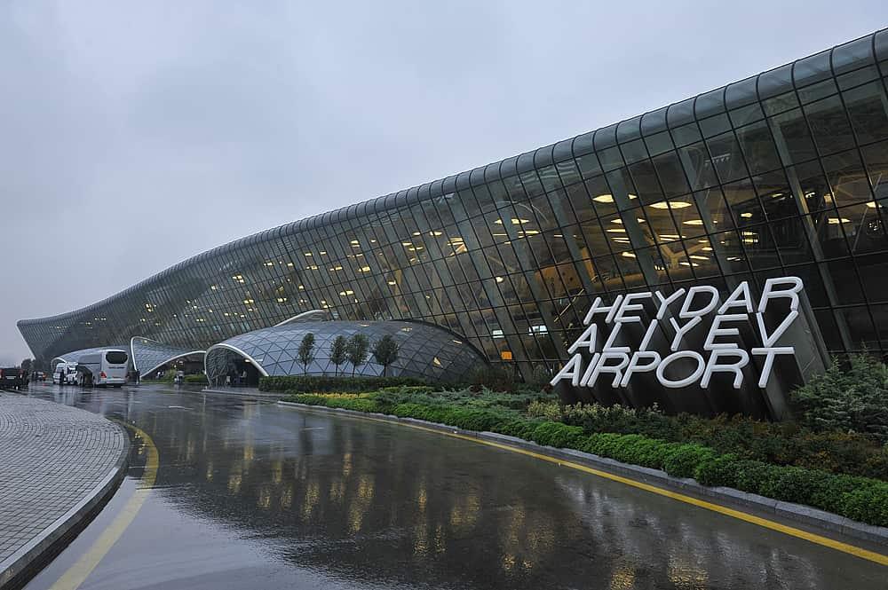 В бакинском аэропорту появилась модерная автобусная остановка