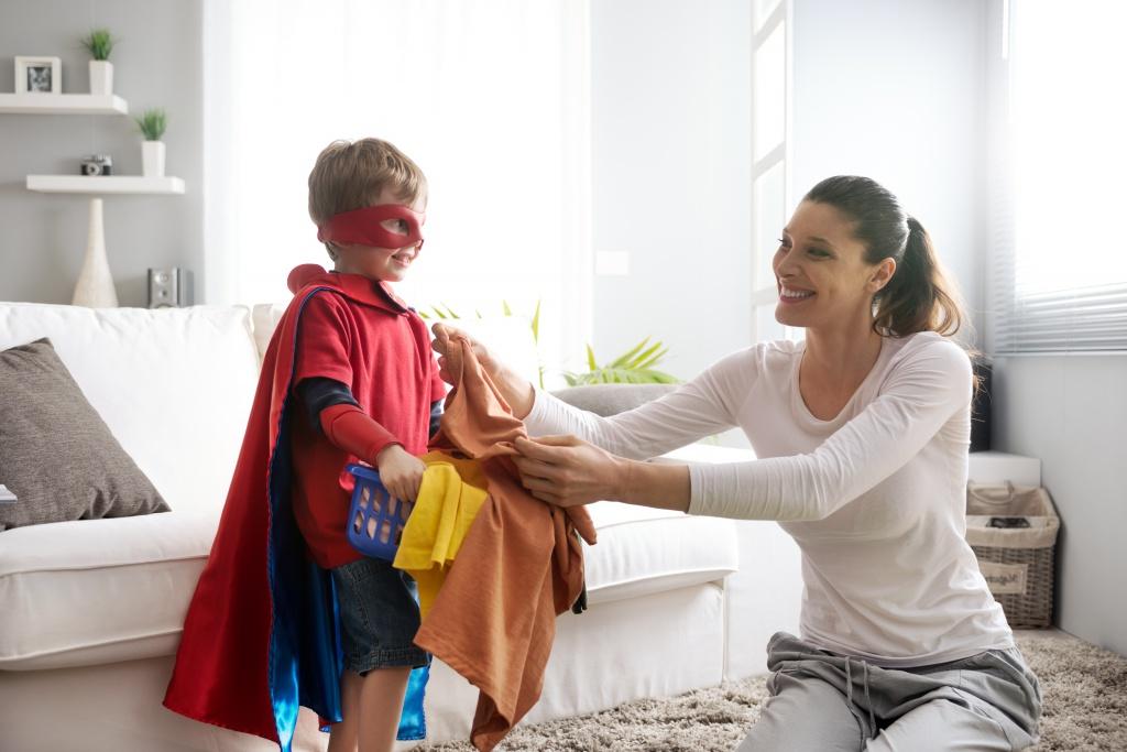 8 способов научить ребенка помогать с уборкой — по методу Монтессори