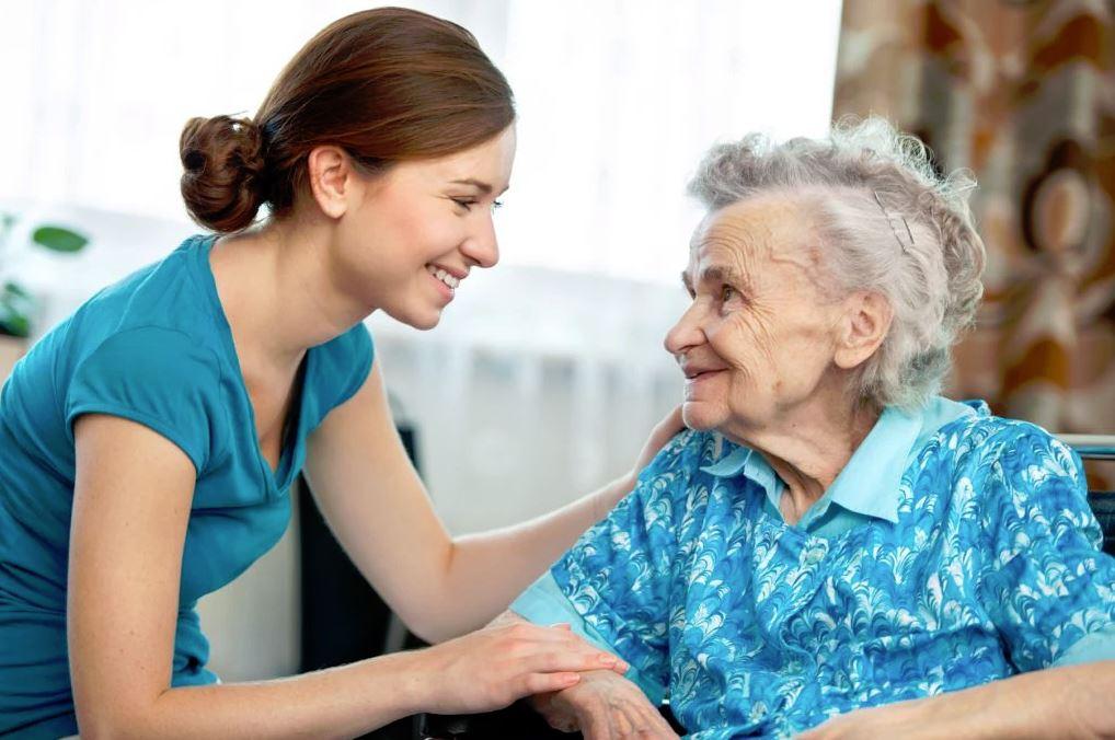 Посещать одиноких/беспомощных людей разрешается