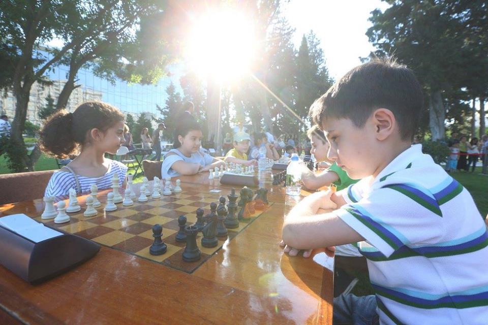 Шахматный турнир в парке Центра Г. Алиева