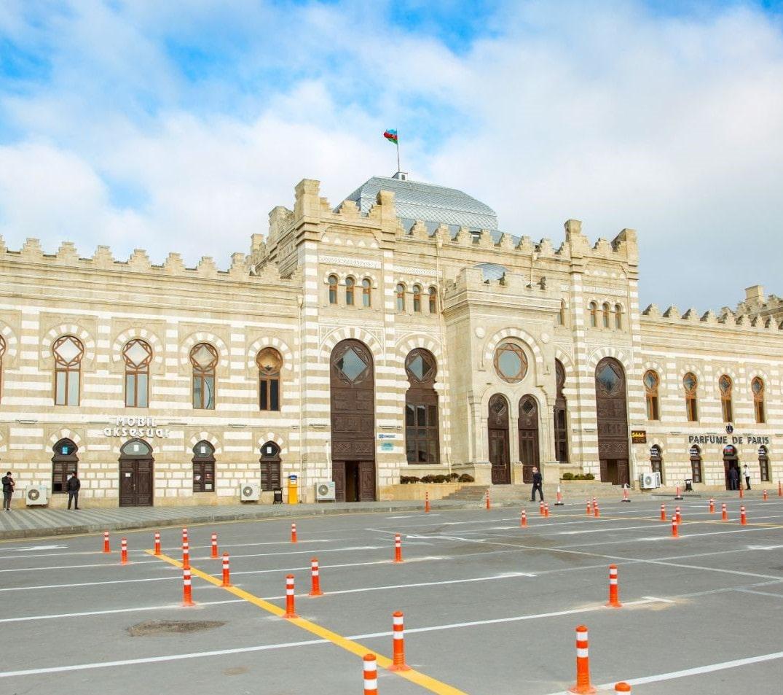 На территории Бакинского ж/д вокзала строятся три парковки