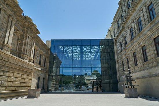 В этом году музеи и театры будут работать до середины лета